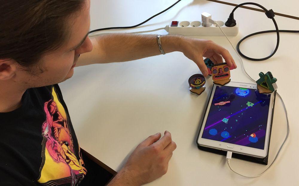 les-selenautes-utilisent-des-figurines-a-placer-sur-une-tablette-tactile